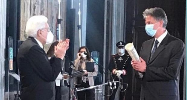 Il Presidente Sergio Mattarella premia Alberto Bardelli.jpg