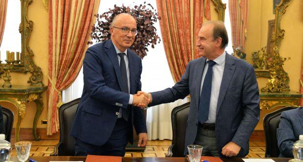 Firma dell'Accordo di collaborazione UniTo-Huvepharma: da sx Gianmaria Ajani, Nicola De Risi