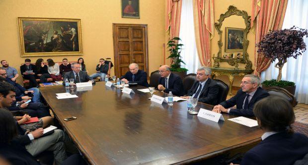 Presentato il nuovo corso di Linguaggio Giornalistico - relatori (da sin) Sinigaglia, Cuozzo, Ajani, Molinari, Vanetti - Salone del Rettorato.JPG
